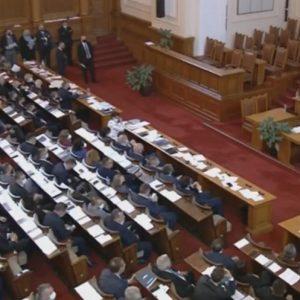 Парламентът прие оставката на правителството, а премиерът отново не дойде